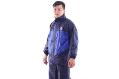 Chọn áo mưa, di chuyển an toàn trong mùa mưa bão