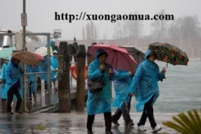 Hãy mang theo áo mưa khi ra khỏi nhà!